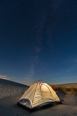 USA, New Mexico, Chihuahua Desert, White Sands National Monument, tent on dune at night - p300m1417160 by Fotofeeling