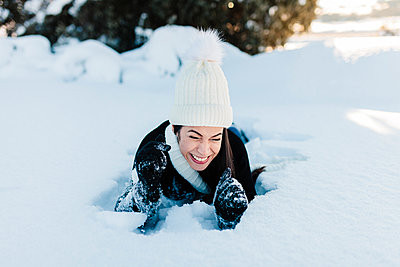 Madrid, Spain. Woman spending time in the snowy countryside in warm clothes. - p300m2286911 von Manu Reyes