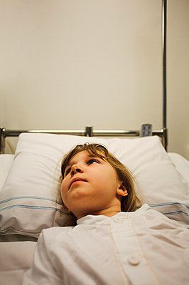 Girl lying on hospital bed - p31228873 by Hans Berggren