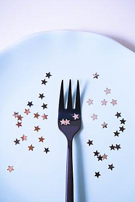 Teller dekoriert mit Sternen - p1149m2126898 von Yvonne Röder