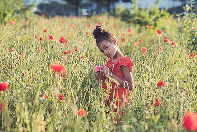 Girl in a wild flower field  - p1323m2100512 von Sarah Toure
