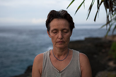 Woman with closed eyes on beach  - p1324m1441293 by michaelhopf