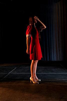 Woman wearing red dress  - p1521m2081629 by Charlotte Zobel
