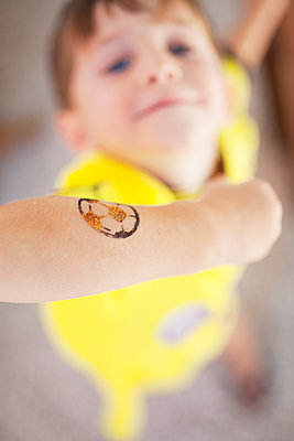 Little boy with transfer picture on his arm - p699m2043667 by Sonja Speck