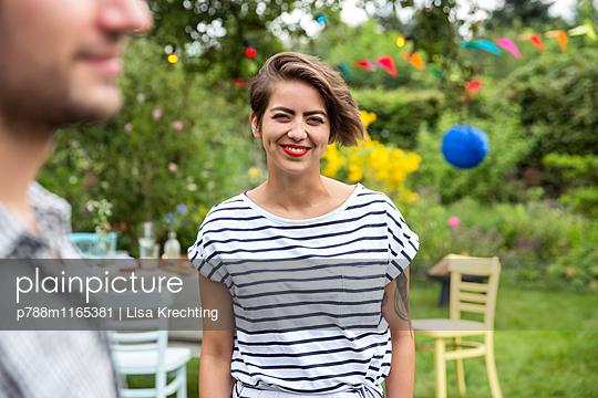 Junge Frau auf einer Gartenparty - p788m1165381 von Lisa Krechting