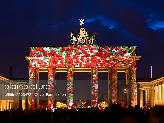 Brandenburg Gate, red roses, light show - p885m2200472 by Oliver Brenneisen