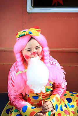 Clownin isst Zuckerwatte - p045m1034353 von Jasmin Sander
