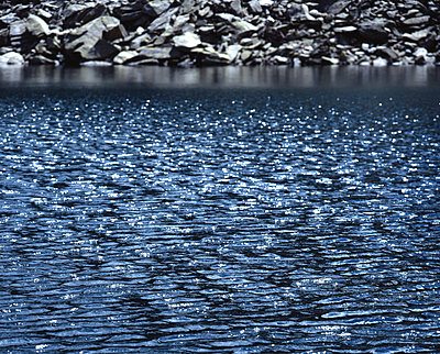 Glitzernde Wasseroberfläche - p1016m766990 von Jochen Knobloch