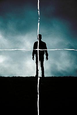 Gemaltes Fadenkreuz über Silhouette eines Mannes - p1248m2260672 von miguel sobreira