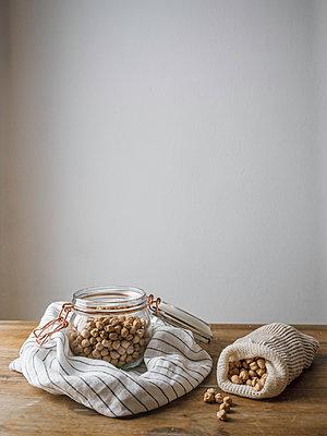 Nüsse im Einmachglas - p1522m2093454 von Almag