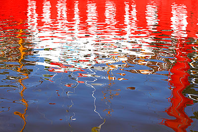 Germany, red and white water reflection - p300m1588022 von Thomas Jäger