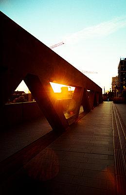 Sonnenuntergang auf Brücke in Holland - p432m2022333 von mia takahara