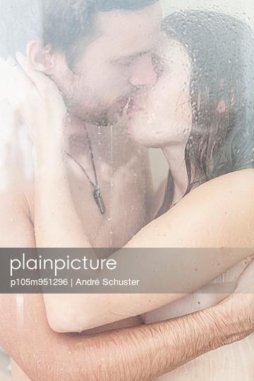 Paar küsst sich unter der Dusche - p105m951296 von André Schuster