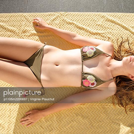 Young woman sunbathing in bikini - p1105m2200697 by Virginie Plauchut