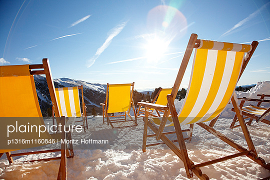 Liegestühle auf der Terasse der Almzeithütte, Kärnten, Österreich - p1316m1160846 von Moritz Hoffmann