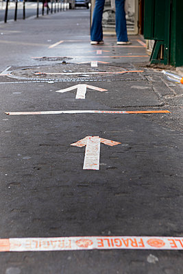 Distance marking on the pavement, shutdown due to Covid-19, Paris - p1371m2178072 by virginie perocheau