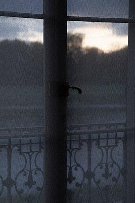 Blick durch Fenster auf die Elbe - p1650m2230895 von Hanna Sachau