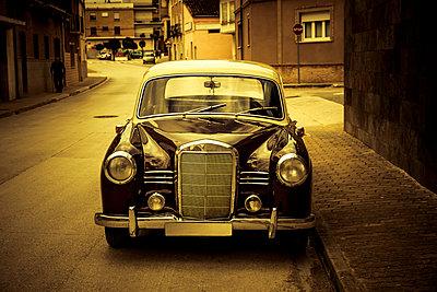 Oldtimer in einer spanischen Kleinstadt - p248m2107522 von BY