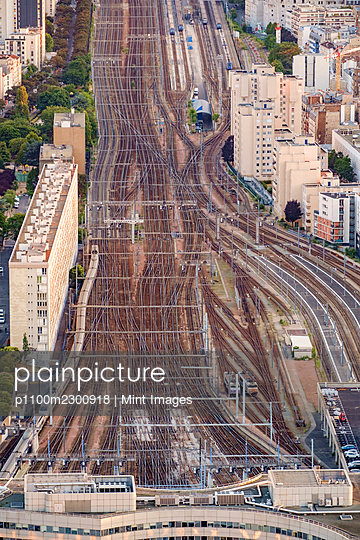 Aerial view of multiple train tracks running into Paris. - p1100m2300918 by Mint Images