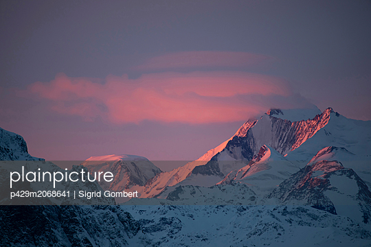 Snow covered alps at sunset, Zermatt, Valais, Switzerland - p429m2068641 by Sigrid Gombert