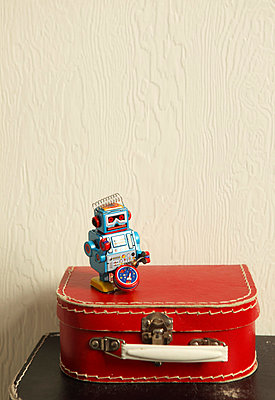 Roter Koffer - p045m792219 von Jasmin Sander