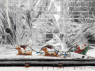 Vintage Xmas decoration in empty shop window  - p1280m2257985 by Dave Wall