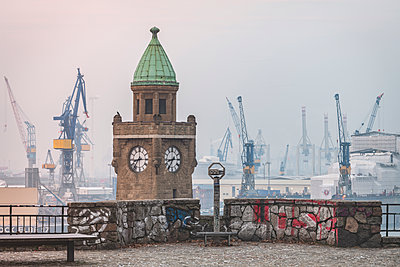 Germany, Hamburg, St Pauli Landing Stages in winter - p300m2083493 von Kerstin Bittner