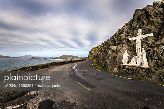 Küstenstraße mit Kreuzigungsszene - p1234m1050281 von mathias janke