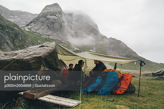 Norway, Lofoten, Moskenesoy, Young men camping at Bunes Beach - p300m2004668 von Gustafsson