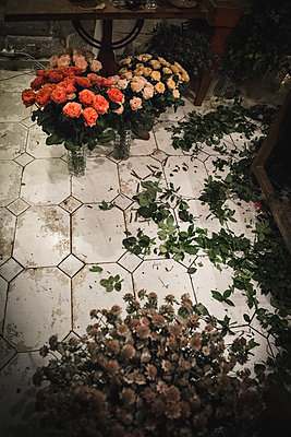 Flower shop with roses - p1150m2076413 by Elise Ortiou Campion