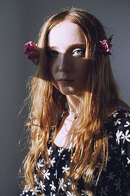 Junges Mädchen mit Rosen - p1694m2291650 von Oksana Wagner