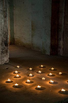 Teelichter auf Fußboden - p335m1041648 von Andreas Körner