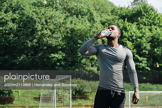 Sportsman drinking water - p300m2113866 von Hernandez and Sorokina