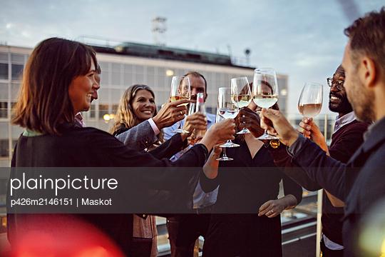 plainpicture - plainpicture p426m2146151 - Business coworkers toasting... - DEEPOL by plainpicture