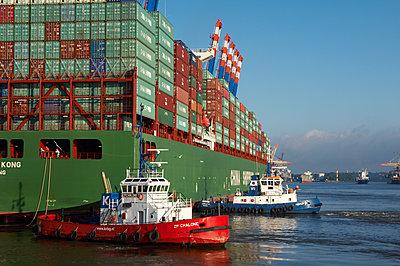 Schlepper beim Anlegen eines Containerschiffes am Containerterminal Hamburg - p1099m1516016 von Sabine Vielmo