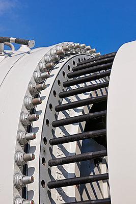 Aufbau eines Windrades im Hamburger Hafen - p1099m1526247 von Sabine Vielmo