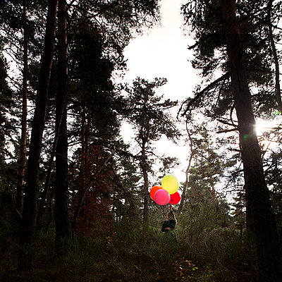 Woman with balloons in the forest - p1105m2134537 by Virginie Plauchut