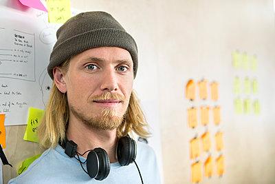 Mann mit Mütze und Kopfhörer - p1156m1572823 von miep