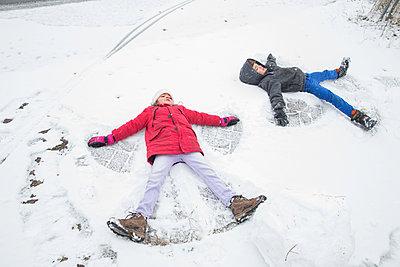 Children making snow angels - p1231m1225855 by Iris Loonen