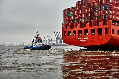 Containerschiff und ein Schlepper - p1686m2288544 von Marius Gebhardt