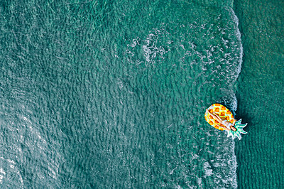 Woman on air mattress in the sea, drone photography - p713m2289216 by Florian Kresse