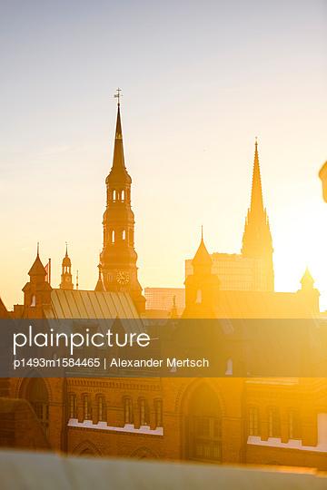 Blick auf Katharinenkirche und Michel über die Dächer der Speicherstadt, Hamburg - p1493m1584465 von Alexander Mertsch