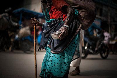 Beggar walking - p1007m1144395 by Tilby Vattard