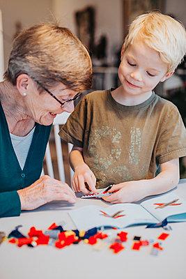 Grandmother and grandson building blocks - p312m2091629 by Malin Kihlström