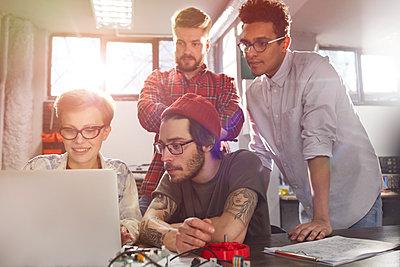 Designers working at laptop - p1023m1486397 by Rafal Rodzoch