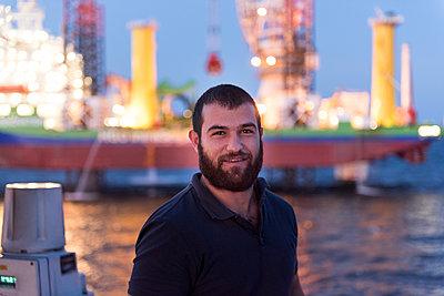 Ingenieur im Offshore Windpark mit Jack Up vessel - p1079m1092223 von Ulrich Mertens