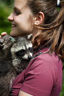 Young woman with racoon - p1195m1071097 by Kathrin Brunnhofer