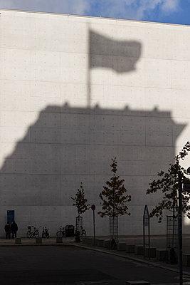 Schatten des Regierungsgebäudes - p1222m1169512 von Jérome Gerull