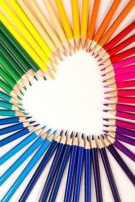 Herz aus Buntstiften - p451m1586894 von Anja Weber-Decker