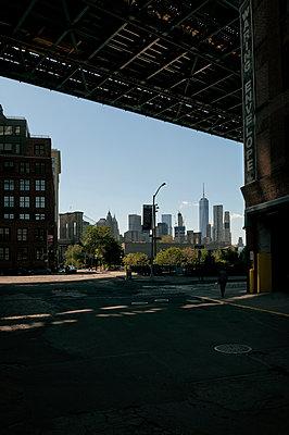 Unter der Manhattan Bridge - p470m1207936 von Ingrid Michel